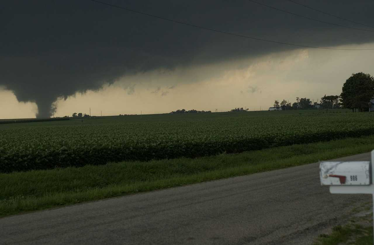 Photo of tornado between Roanoke and Eureka. Photo by Steve Smedley (Bloomington Pantagraph)