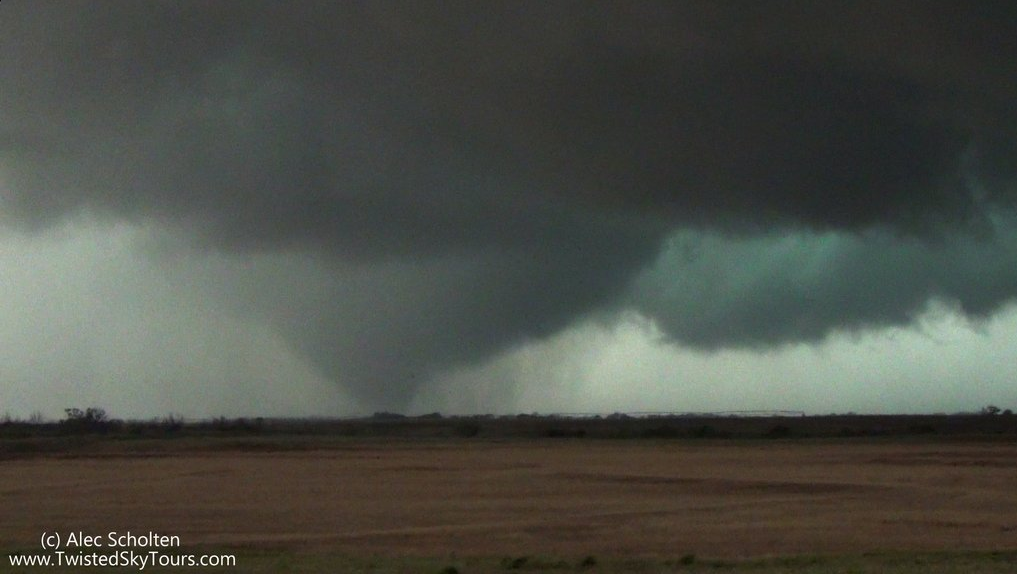 Large tornado that touched down near Plaska, Texas, around 7 pm on 22 May 2016.